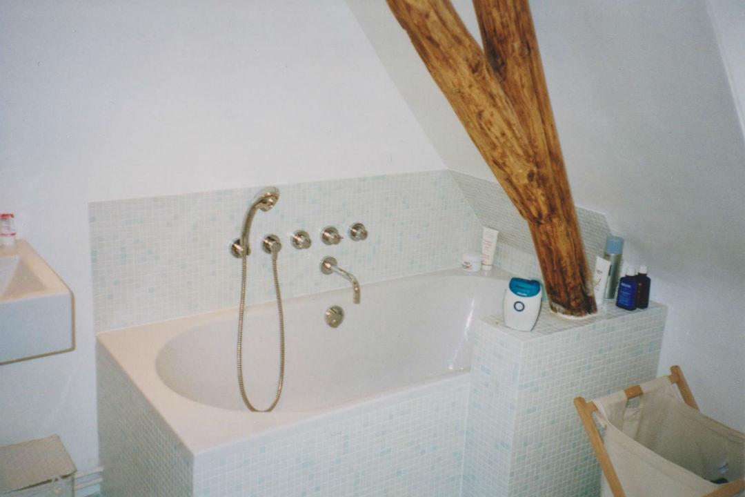 Badkamer-inbouwkranen-bad-houtenbalk