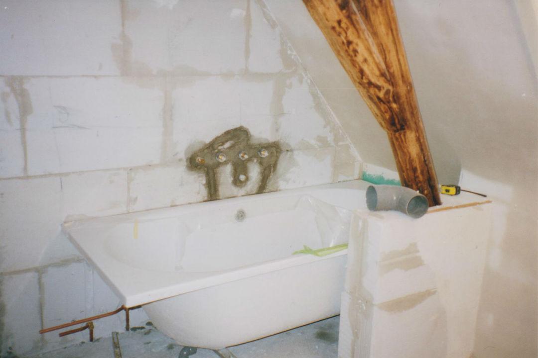 Badkamer-Inbouwkraan-bad-Kale muur